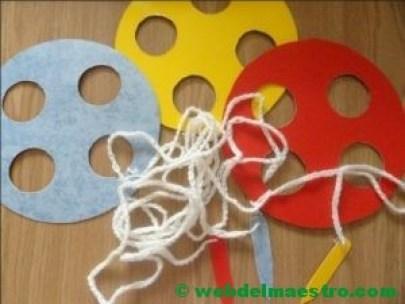 Habilidad de ensartar- hilo de lana y agujas de cartulina o goma-eva