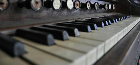 alternating yin/yang piano keys