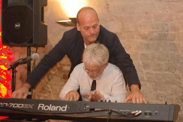 Jes Holtsø & Morten Wittrock beim Konzert im Burgkeller Bad Belzig gemeinsam am Piano