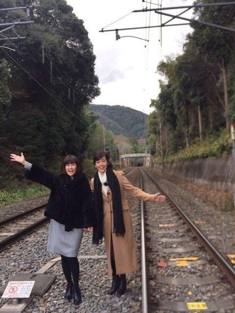 松本伊代と早見優の線路立ち入り写真。線路立ち入りの容疑で書類送検