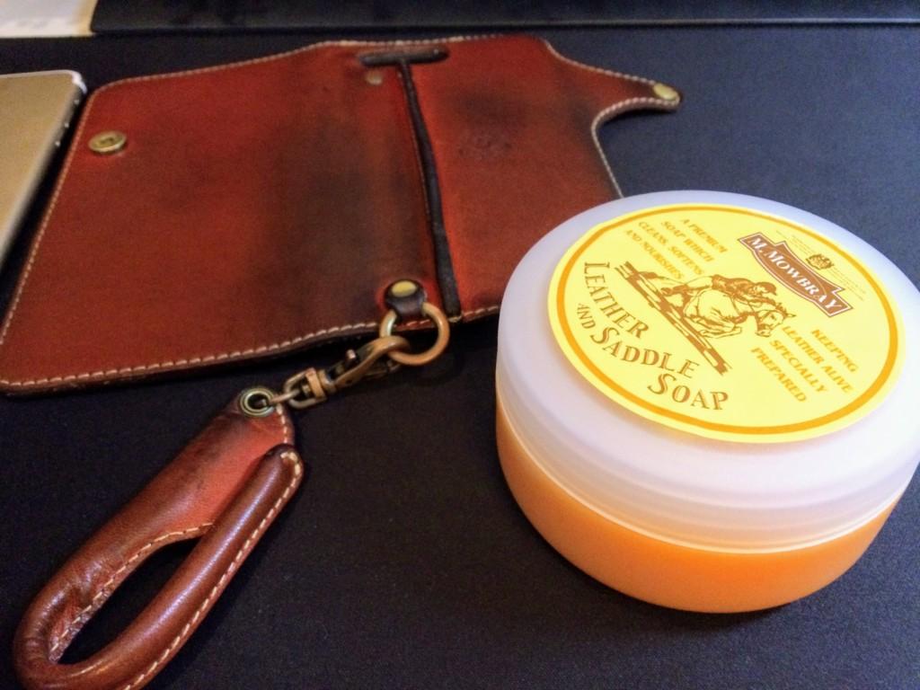 HUKUROヌメ革とサドルソープ。経年劣化したiPhoneケースを水で丸洗い!