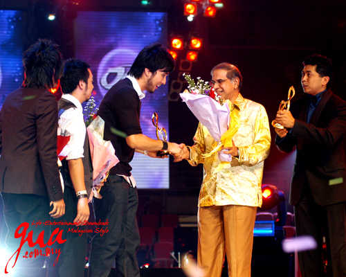 Estranged receiving their award for Best Song at the 22nd Anugerah Juara Lagu. Photo courtesy of Gua.com.my.