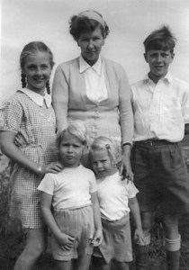 Lee with her children David, June, Jan and Suzy