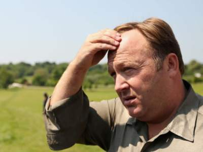"""Twitter suspends Alex Jones for urging people to keep """"battle rifles"""" ready [Update]"""