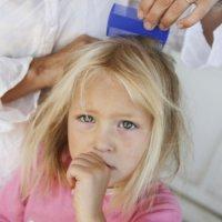 Почему ребенок чешет голову и лицо постоянно. Грудной ребенок постоянно чешет уши и голову, трет затылок — почему это происходит
