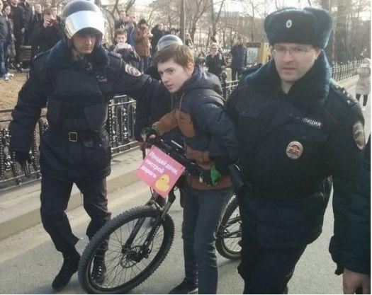 Фото. Малолетний велосипедист с уточкой на митинге в марте 2017