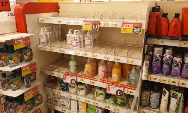 Run op desinfecterende handzeep en desinfectiegel, lege schappen bij winkels in Staphorst