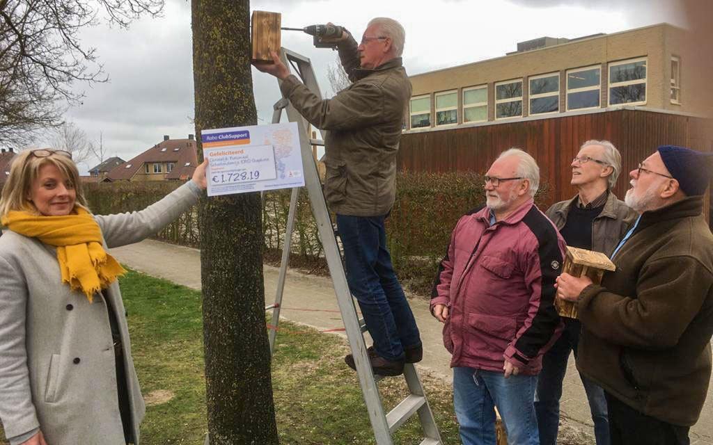 School en vrijwilligers NBVIJS hangen nestkastjes op bij CNS ter bestrijding eikenprocessierups