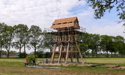 Plaatsen klokkenstoel met dak in foto's en video(drone)