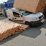 Pak hout waait op auto