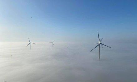Windturbines in de mist