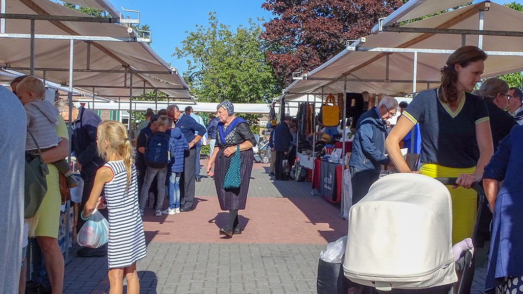 Verkoopdag Adullam op het marktplein