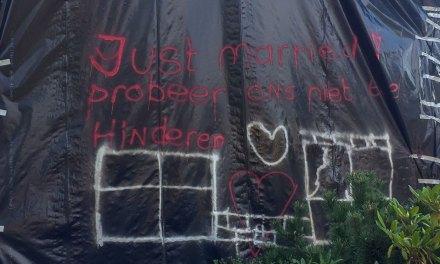 Kersvers echtpaar verrast met in folie verpakt huis