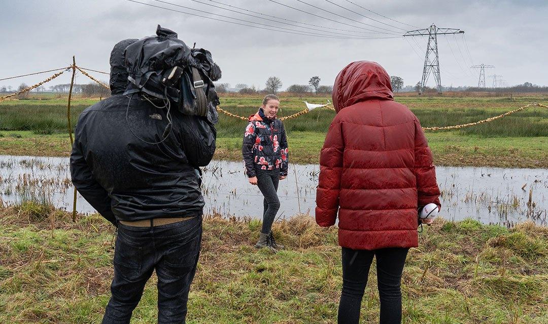 Tine maakt met haar dorp Rouveen de langste pindaketting ter wereld (vandaag in het jeugdjournaal)