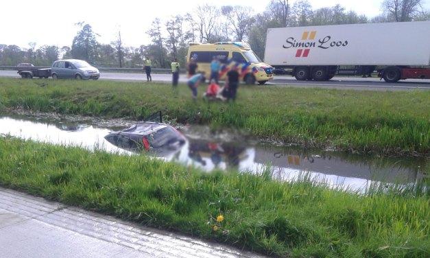 Auto rijdt snelwegsloot in nabij Sluitersweg