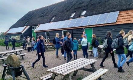Studenten Hogeschool Viaa op excursie bij infocentrum de Veldschuur