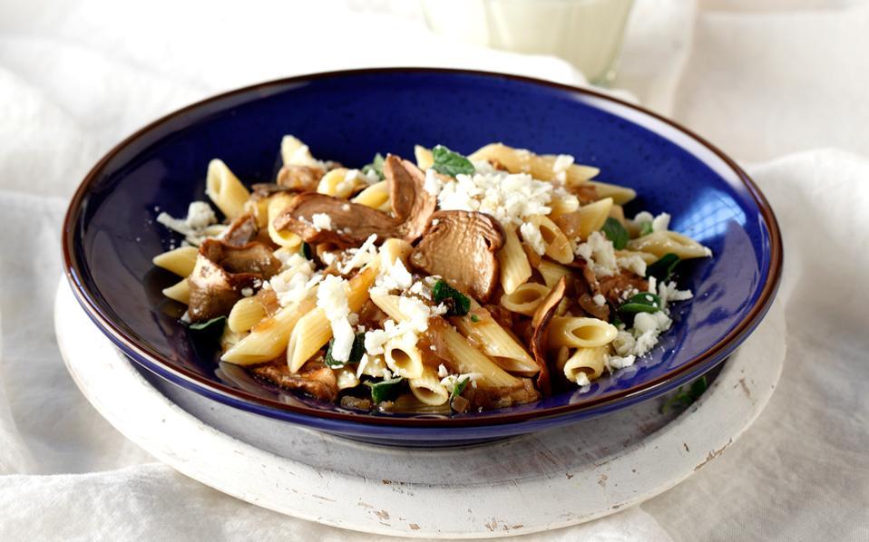 Πένες με λευκά μανιτάρια, πορτσίνι, γραβιέρα Κρήτης και κατίκι | Συνταγές