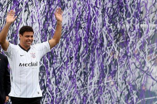 Ronaldo acena para a torcida em sua apresentação no Corinthians
