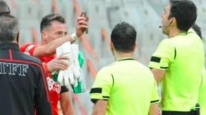 Странен червен картон в Турция изгони футболист, който показа повторение от телефона си (ВИДЕО)