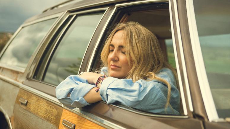 Imagen de Paula Mattheus apoyada en la ventanilla de un coche