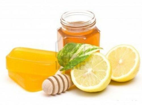 Chữa thâm môi bằng mật ong cho người trang điểm thường xuyên