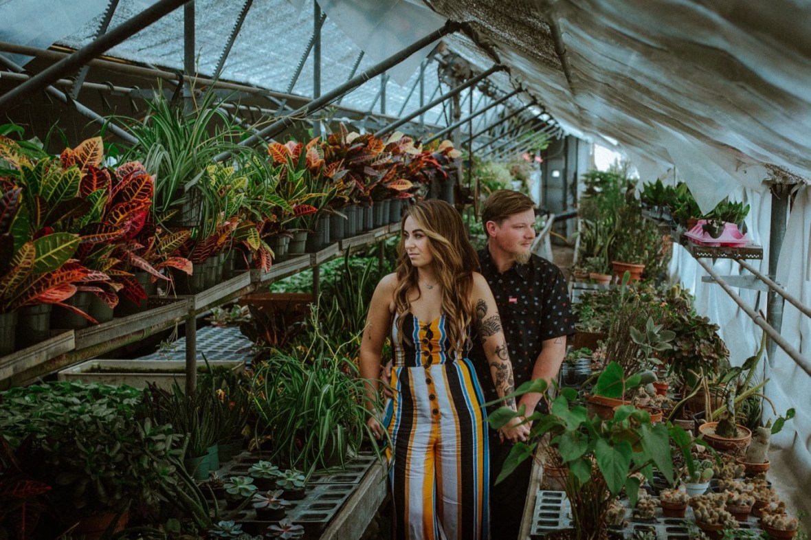 05_WTCM0128ab_Indiana_Greenhouse_Indoor_Southern_Photos_Engagement