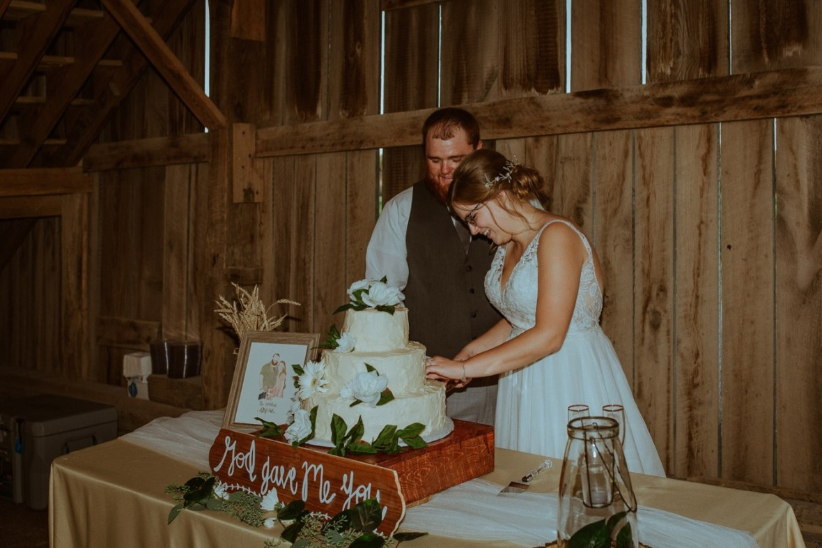 66_r076ab_Barn_Indoor_Shelbyville_Kentucky_Summer_Wedding