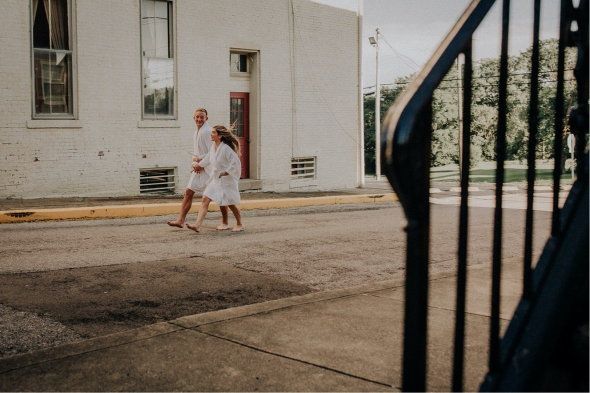 01_WCTM2252ab_Summer_Session_Streets_The_Running_Naked_Half_Couples_Urban