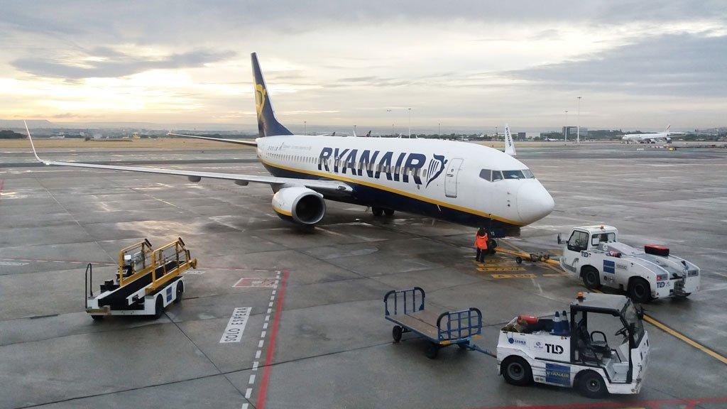Avión de Ryanair parado en el aeropuerto Barajas de Madrid, España