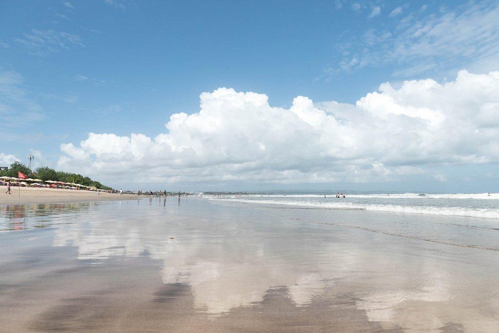 Reflejo en la playa Legian en la isla de Bali, Indonesia