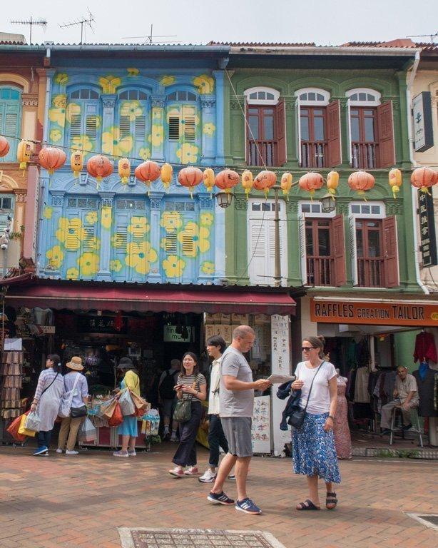 Casas de colores y farolillos rojos en Chinatown, Singapur