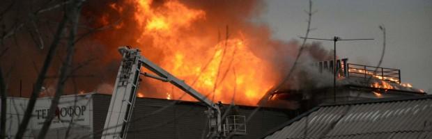 В Барнауле произошел крупный пожар, было перекрыто движение.