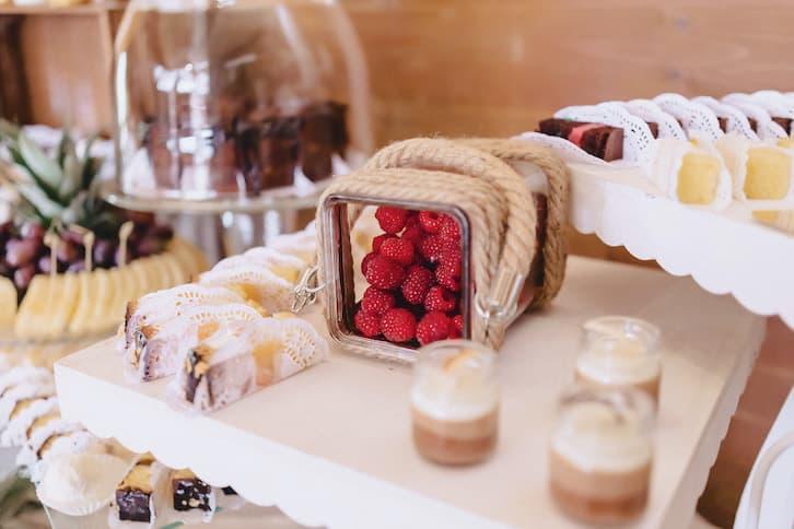 słodki stół owoce na wesele