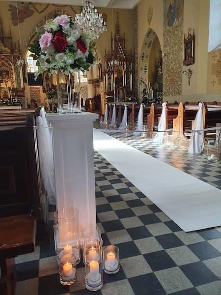 dekoracja kościoła ślub biały dywan