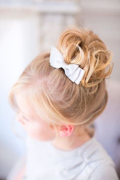 fryzury na wesele dla dzieci kok kokardka