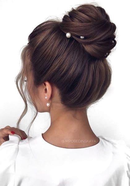 fryzury na wesele kok wysoki brunetka