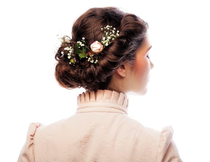 fryzura ślubna suknia ze stójką