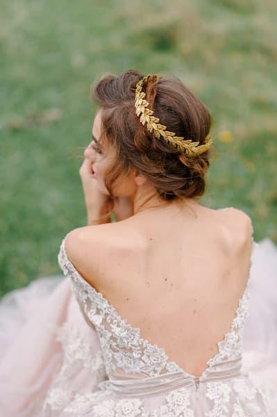 fryzury ślubne ozdoba złota wianek