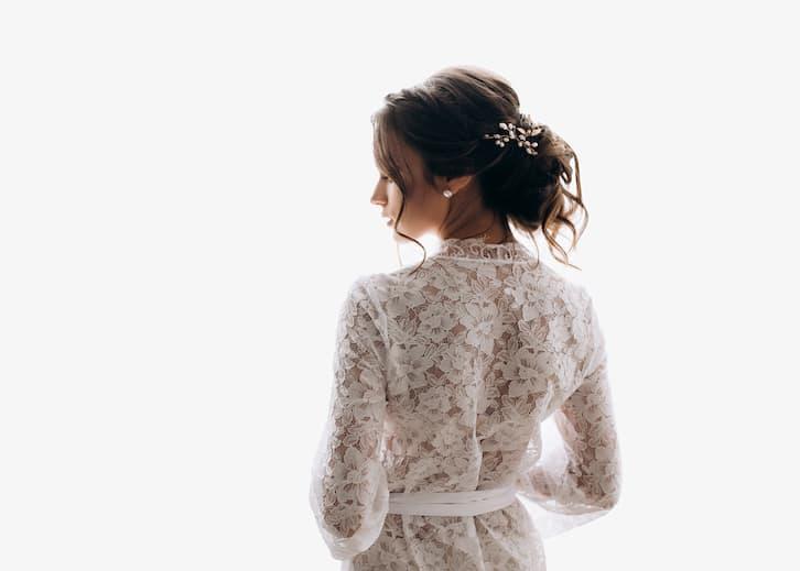 fryzura panna młoda suknia ze stójką kok