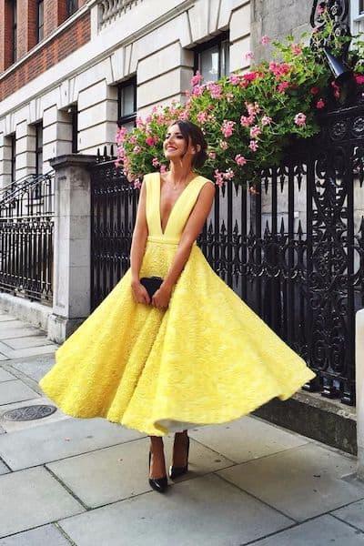 sukienka na wesele żółta goście weselni