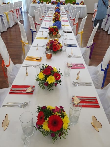kwiaty na wesele czerwone żółte dekoracje folk