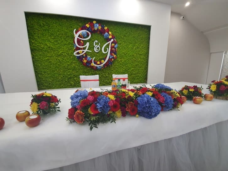 kwiaty na wesele ścianka za parą młodą folk