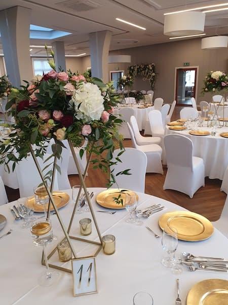 kwiaty na wesele dekoracja stołu gości