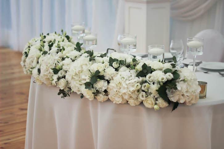 kwiaty na wesele stół państwa młodych