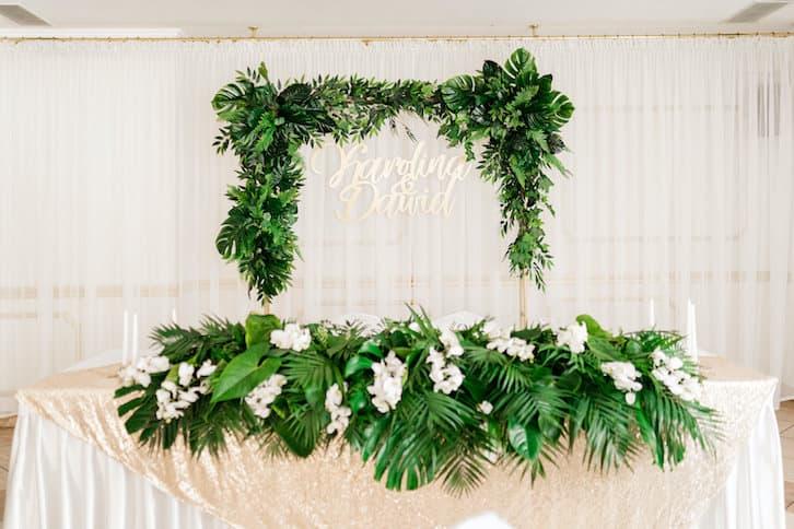 stół państwa młodych kwiaty na wesele