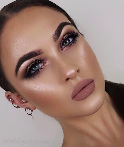 makijaż na wesele rozświetlający brunetka usta nude