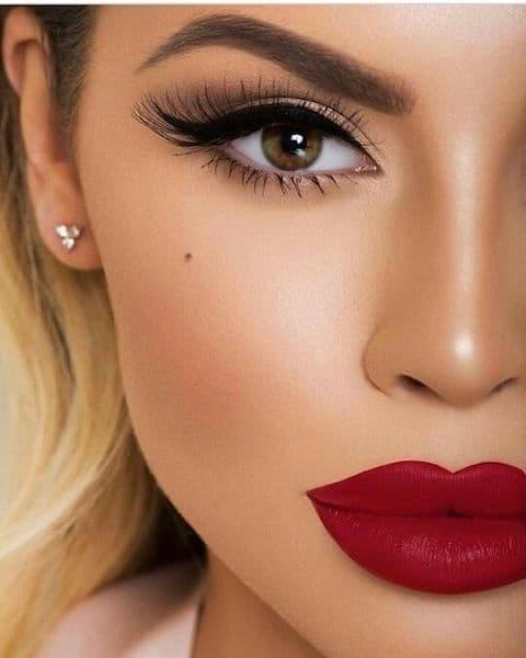 makijaż wieczorowy czerwone usta kreska eyeliner