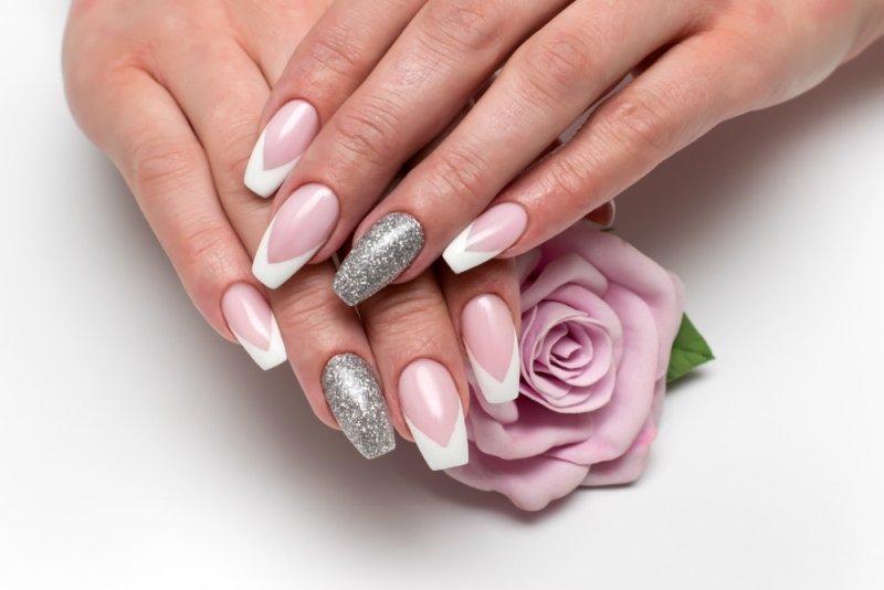 srebrne paznokcie manicure