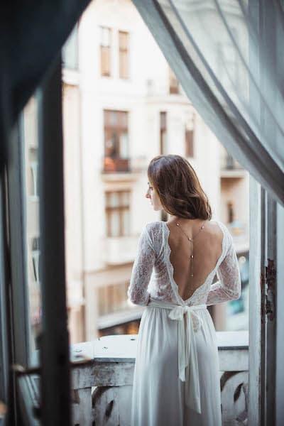 panna młoda suknia ślubna dekolt na plecach