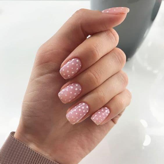 paznokcie kropki białe różowe wesele